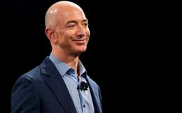 Phải nhìn vào đối thủ thì chúng ta mới thấy được sự tăng trưởng doanh thu của Amazon khủng khiếp đến mức nào
