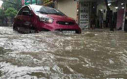 Video: Hốt bạc triệu nhờ dịch vụ sửa xe máy trên các tuyến phố ngập ở Hà Nội