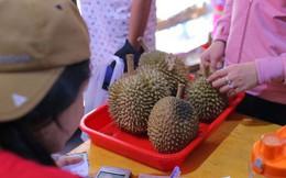 Xếp hàng chờ tới lượt mua sầu riêng ăn trả hạt ở TP HCM