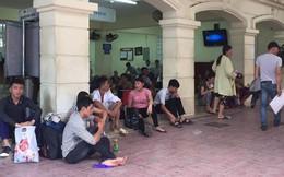 Người nhà bệnh nhân vạ vật trong nắng nóng 40 độ ở Hà Nội