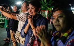 """Thái Lan: 4 em nhỏ vừa được cứu có thể gặp, nhưng """"không được ôm ấp hay động chạm"""" người thân"""