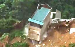 Nhà hai tầng bất ngờ rơi xuống sông Lò