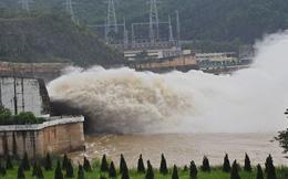 Thủy điện Hòa Bình mở một cửa xả đón lũ