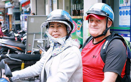 """Cô tài xế xe ôm độc thân vui tính, thích """"chém"""" tiếng Anh với khách Tây ở Bùi Viện: """"Không phải lúc nào hôn nhân cũng đem đến hạnh phúc"""""""