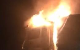 Sau tiếng nổ lớn, xe tải bốc cháy dữ dội trên Quốc lộ 1