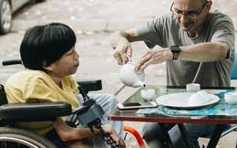 """Chuyện tình cổ tích của chàng kỹ sư Úc từ bỏ xe phân khối lớn để """"lái"""" xe lăn cho người vợ khuyết tật ở Hà Nội"""