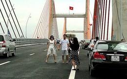 Tấp nập tạo dáng chụp ảnh trên cao tốc Hạ Long-Hải Phòng