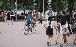 Phố đi bộ đông kín người dạo phố hưởng tiết trời thu Hà Nội
