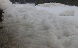 """Dòng sông """"tuyết"""" ở Hà Nam: Bọt trắng bay cả vào nhà"""