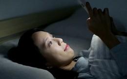 Giới trẻ đang đối mặt với nhiều vấn đề sức khỏe bởi thói quen ôm thiết bị điện tử vào thời điểm này