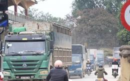 """""""Con đường đau khổ"""" ở Hà Nội bị cày nát, bụi vây kín nhà dân bởi hàng nghìn lượt xe siêu trọng tải mỗi ngày"""