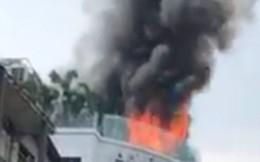 Khách sạn giữa trung tâm Sài Gòn bốc cháy dữ dội, nhiều người bỏ chạy tán loạn