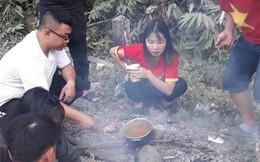 CĐV Việt Nam sang Lào cổ vũ AFF Cup 2018: Cả thôn rủ nhau lên đường, đói thì dừng ăn, xe hỏng thì dừng sửa