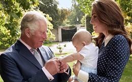 """Rò rỉ hình ảnh mới nhất của Hoàng tử út Louis sau nhiều tháng """"mất tích"""" khiến người hâm mộ phát sốt"""