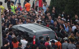 Nhân viên VFF tháo chạy vì hết vé, fan đuổi theo chặn xe như phim hành động