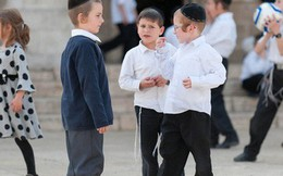 Trong khi bố mẹ Việt còn bế ẵm, xúc từng thìa cơm thì đây là cách người Do Thái rèn con tự lập ngay từ khi 2 tuổi