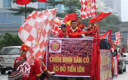Hàng trăm cổ động viên diễu hành qua các tuyến phố Hà Nội trước trận Việt Nam-Campuchia