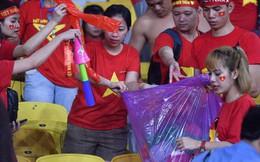 Hình ảnh đẹp: CĐV Việt Nam nán lại SVĐ Bukit Jalil ở Malaysia để dọn rác sau trận chung kết lượt đi của ĐT nước nhà