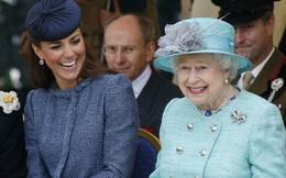 """Đâu chỉ Meghan, Công nương Kate cũng từng khiến tâm phúc của Nữ hoàng Anh buộc phải từ chức vì thích """"ôm việc vào người"""""""