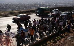 Nhóm người di cư đòi ông Trump trả 50.000 USD/người