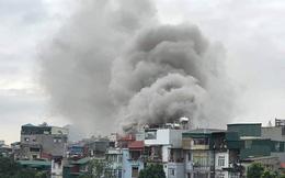 Cột khói bốc cao hàng trăm mét trong vụ cháy xưởng trên phố Hà Nội, 6 người kịp thoát