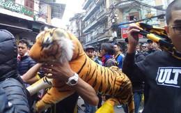 Ultras Malaysia mang hổ bông khuấy động phố cổ Hà Nội