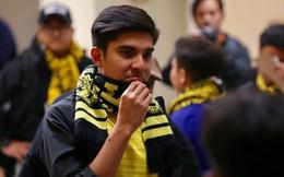 Bộ trưởng 9x, đẹp trai như hot boy của Malaysia không ngồi khán đài vip, hòa mình cùng Ultras tiếp lửa thầy trò Tan Cheng Hoe