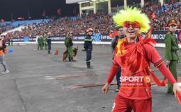 Quang Hải đội tóc giả màu nõn chuối, đi tung tăng khắp sân, xứng đáng là màn ăn mừng cute nhất sau trận chung kết