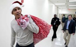 """""""Ông già Noel"""" Obama đội mũ đỏ, khệ nệ vác túi quà to"""