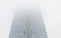 Sương mù bao phủ Hà Nội, nhà cao tầng 'mất nóc'