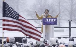 Nữ Thượng nghị sỹ đội tuyết dày tuyên bố tham vọng đẩy ông Trump khỏi Nhà Trắng