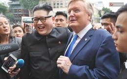 Bản sao của ông Kim Jong-un và Donald Trump bất ngờ xuất hiện tại Hà Nội, bị người dân và phóng viên vây kín
