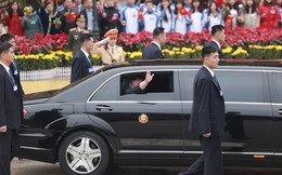 [VIDEO] Cận cảnh Chủ tịch Triều Tiên Kim Jong-un kéo cửa kính xe bọc thép vẫy chào người dân Việt Nam