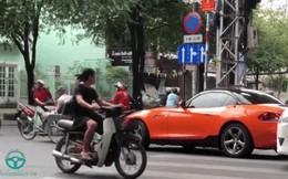 """""""Soái ca BMW"""" bỏ xe giữa phố Sài Gòn giúp cụ già sang đường và cái vẫy tay dành cho tài xế taxi"""
