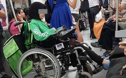 """Hình ảnh """"gây sốt"""" cộng đồng mạng của người phụ nữ ngồi xe lăn đi tàu điện ngầm để giao hàng cho GrabFood"""