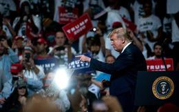 """Kiếm được 1 triệu USD mỗi giờ tiền gây quỹ, ông Trump """"làm"""" một ngày hơn đối thủ """"cày"""" cả quý"""