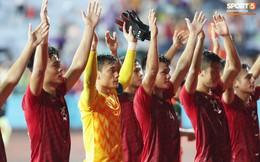 Hình ảnh cảm động: U23 Việt Nam đội mưa đi khắp khán đài cảm ơn người hâm mộ sau trận thắng U23 Myanmar