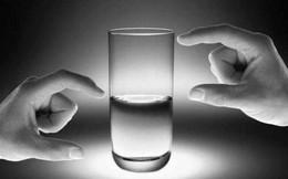 Sắp chết khát mà đánh đổ 1/2 ly nước, bạn sẽ là người nhìn vào nửa dưới hay nửa trên? Câu trả lời sẽ quyết định ai sở hữu 1 nhân tố quan trọng để làm người THÀNH ĐẠT