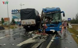 Xe giường nằm đâm xe tải ở Quảng Bình, nhiều người nhập viện