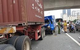 Hà Nội: Xe thư báo đâm vào đuôi xe container, một người tử vong