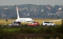 Chùm ảnh: Máy bay chở hơn 230 người nằm giữa cánh đồng ngô