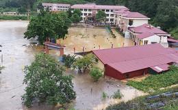 Mưa 30 phút, sân Trường THPT Si Ma Cai biến thành 'hồ nước'