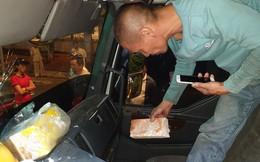 """CLIP: Tài xế xe tải và xe du lịch lao vào """"xử"""" nhau vì giành đường"""