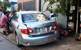 Nữ tài xế lùi ô tô tông 4 xe máy, nhiều người la hét, tháo chạy ở Sài Gòn