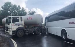 Tai nạn lại xảy ra trên đèo Hải Vân: Xe chở du khách đấu đầu xe bồn
