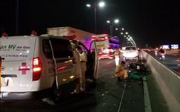 Đâm vào xe CA đang khám nghiệm hiện trường, cặp khách Tây bị thương nặng ở cầu Sài Gòn