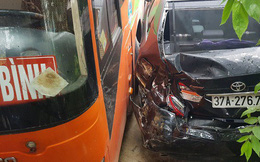 Xế hộp tiền tỷ vỡ nát khi bị xe khách tông văng hàng chục mét trên quốc lộ