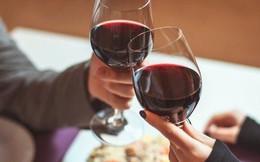 """Quý ông đi hẹn hò: Chọn vang rẻ nhất thì """"ngại"""", chai đắt thì xót tiền, chai vang rẻ thứ nhì là lựa chọn hoàn hảo! Nhà hàng biết điều đó và đây chính là cách họ kiếm """"lời khủng"""""""