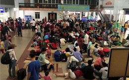 Hàng nghìn người vật vờ ở ga Sài Gòn sau sự cố tàu SE1 trật bánh