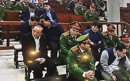 """Ngồi sau Vũ """"nhôm"""", 2 cựu thứ trưởng Bộ Công an ghé tai nhau trao đổi"""